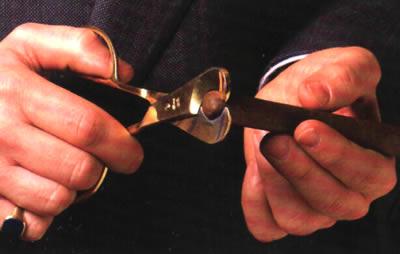 How to cut a cigar.